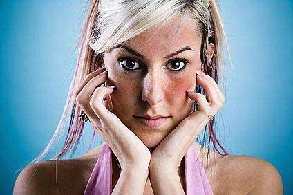az arcát vörös foltok borítják, és viszket, mit kell tenni vörös foltok hólyagokkal az arcon
