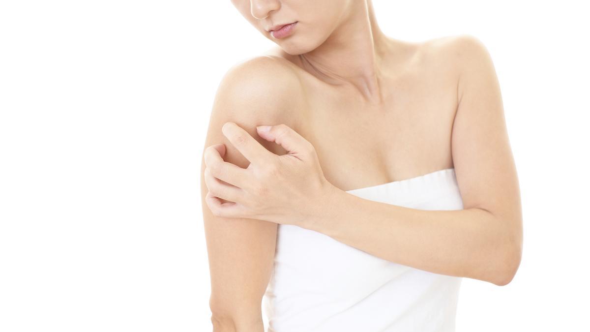 hogyan lehet megszabadulni a kezén lévő vörös foltoktól otthon dousing pikkelysömör kezelés