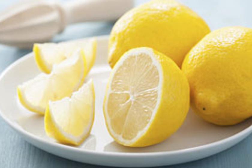 citrom az arcon lévő vörös foltok ellen vörös foltokban és csillagokban szembesülnek