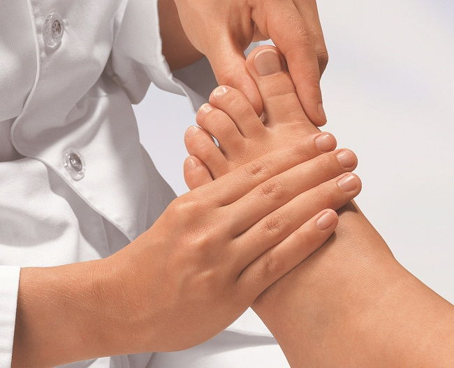 vörös foltok és zúzódások jelentek meg a lábán